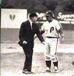El manager Nolan Campbell discute airadamente contra Gera por una decisión en la segunda base.